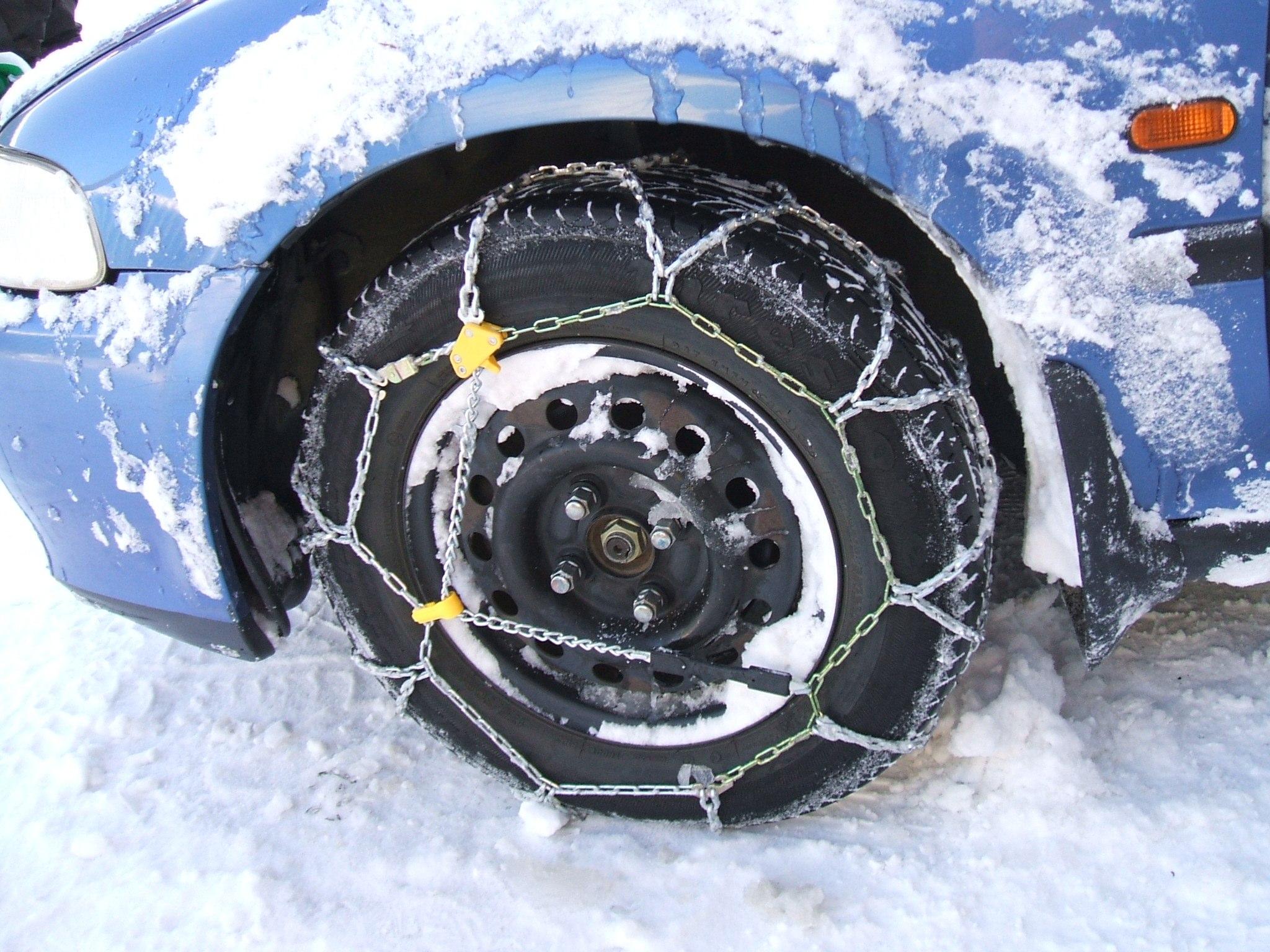 Dispositif d'adhérence pour pneus neige